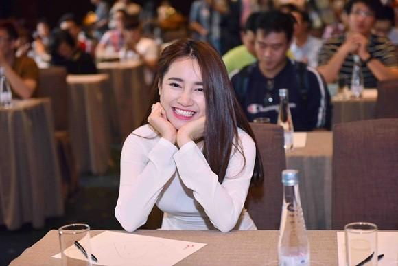 Nhã Phương mặc áo dài trắng nhận học bổng từ Trường Giang ảnh 2
