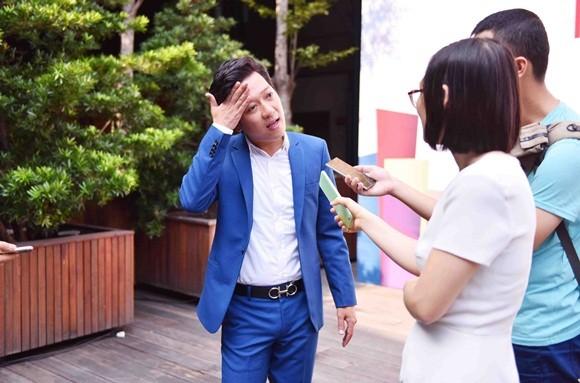 Nhã Phương mặc áo dài trắng nhận học bổng từ Trường Giang ảnh 1