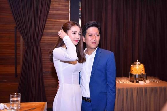 Nhã Phương mặc áo dài trắng nhận học bổng từ Trường Giang ảnh 3