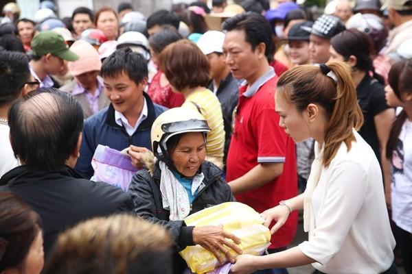 Bị cảm, Mỹ Tâm vẫn quyết hoàn thành chuyến từ thiện tại Đà Nẵng, Quảng Nam