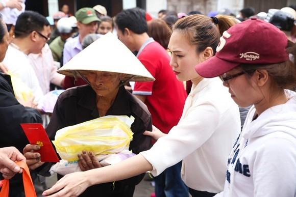 Bị cảm, Mỹ Tâm vẫn quyết hoàn thành chuyến từ thiện tại Đà Nẵng, Quảng Nam ảnh 2