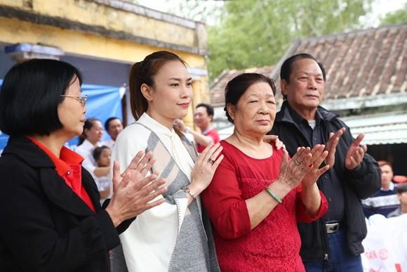 Bị cảm, Mỹ Tâm vẫn quyết hoàn thành chuyến từ thiện tại Đà Nẵng, Quảng Nam ảnh 5
