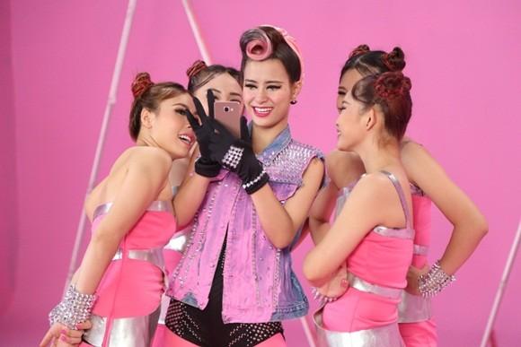 """Đông Nhi đầy cá tính với sắc hồng trong dự án """"Pink girl"""" ảnh 11"""