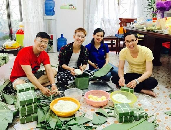 """MC Quốc Bình """"rủ rê"""" đồng nghiệp nấu bánh chưng ảnh 9"""