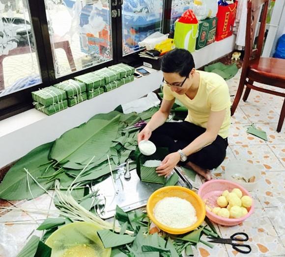 """MC Quốc Bình """"rủ rê"""" đồng nghiệp nấu bánh chưng ảnh 8"""