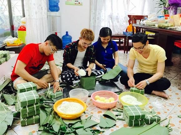"""MC Quốc Bình """"rủ rê"""" đồng nghiệp nấu bánh chưng ảnh 7"""