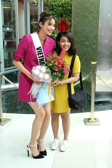 Hoa hậu Phạm Hương được người hâm mộ Thái Lan chào đón ảnh 9