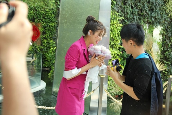 Hoa hậu Phạm Hương được người hâm mộ Thái Lan chào đón ảnh 6