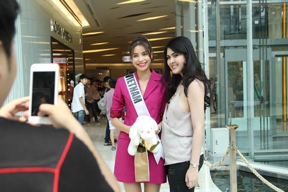 Hoa hậu Phạm Hương được người hâm mộ Thái Lan chào đón ảnh 8