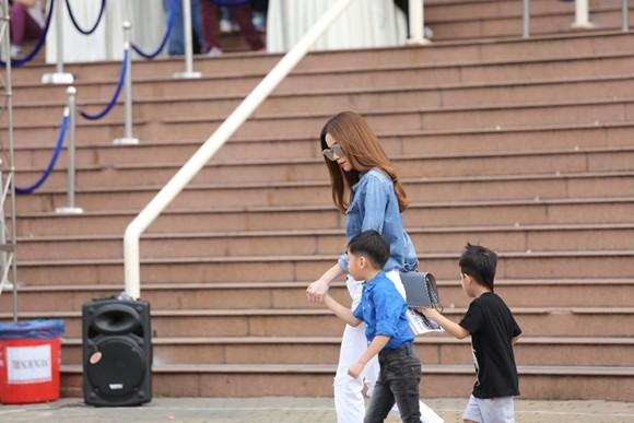 Hồ Ngọc Hà cùng chồng cũ đưa con trai đi xem nhạc kịch trên băng ảnh 5