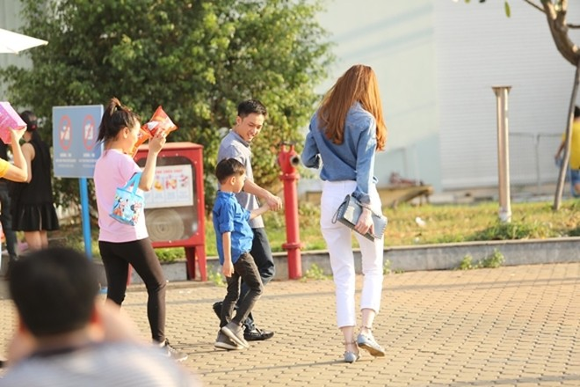 Hồ Ngọc Hà cùng chồng cũ đưa con trai đi xem nhạc kịch trên băng ảnh 2