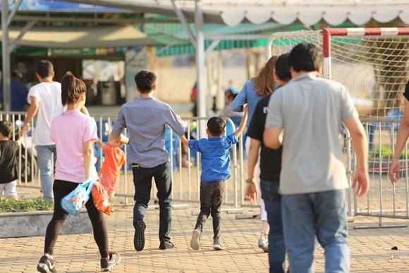 Hồ Ngọc Hà cùng chồng cũ đưa con trai đi xem nhạc kịch trên băng ảnh 4
