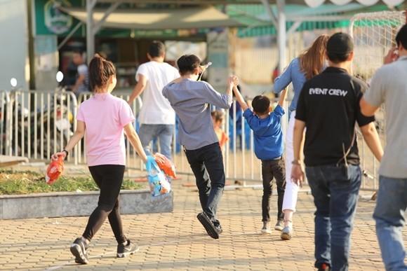 Hồ Ngọc Hà cùng chồng cũ đưa con trai đi xem nhạc kịch trên băng ảnh 3