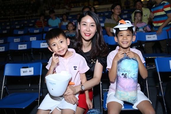 Hồ Ngọc Hà cùng chồng cũ đưa con trai đi xem nhạc kịch trên băng ảnh 11