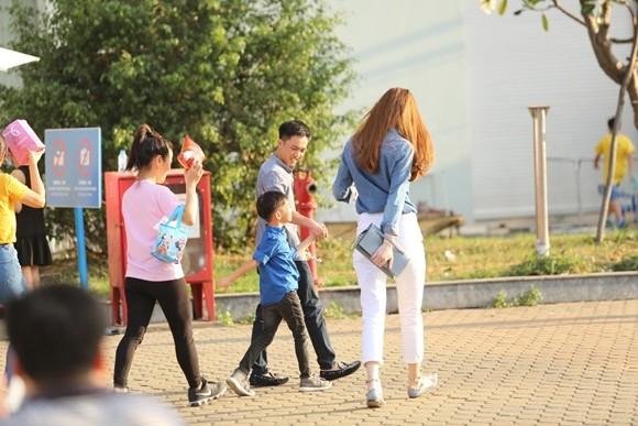 Hồ Ngọc Hà cùng chồng cũ đưa con trai đi xem nhạc kịch trên băng ảnh 1