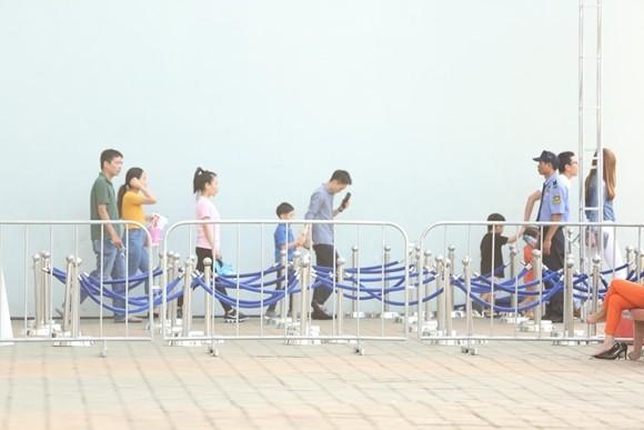 Hồ Ngọc Hà cùng chồng cũ đưa con trai đi xem nhạc kịch trên băng ảnh 6
