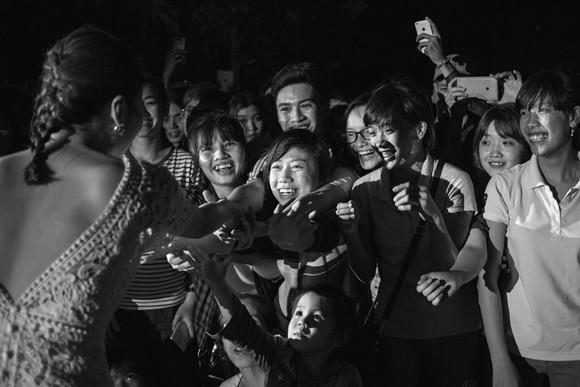 Văn mai Hương vượt rào đến bắt tay người hâm mộ Cần Thơ ảnh 6