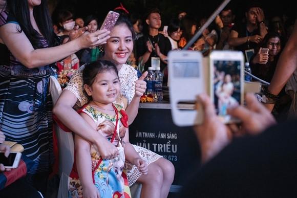 Văn mai Hương vượt rào đến bắt tay người hâm mộ Cần Thơ ảnh 10