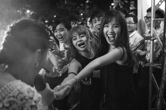 Văn mai Hương vượt rào đến bắt tay người hâm mộ Cần Thơ ảnh 2