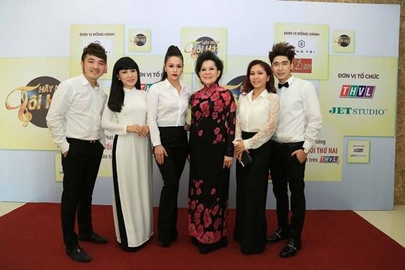 Các ca sĩ Dương Ngọc Thái, Hà Vân, Nhật Kim Anh, Ngọc Liên và Chi Dân cùng giám khảo Giao Linh (từ trái qua)