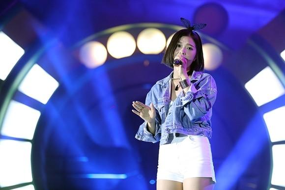 """Sơn Tùng MT-P nhịn ăn, Soobin Hoàng Sơn cởi phăng áo khiến sinh viên """"phát cuồng"""" ảnh 14"""