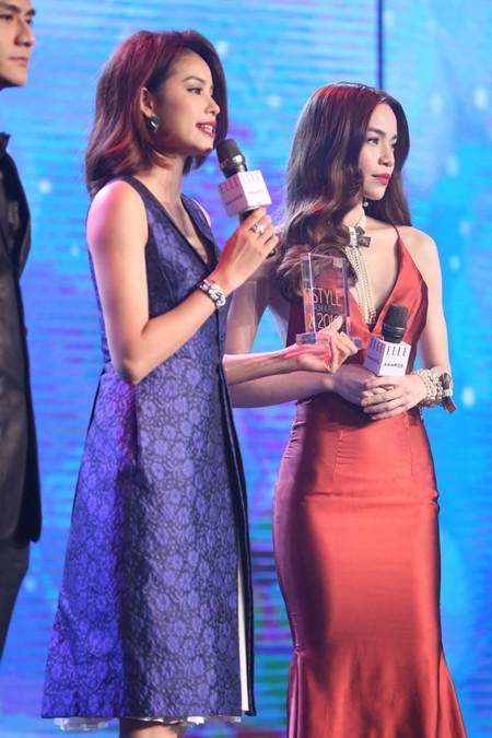Hồ Ngọc Hà trao giải cho Phạm Hương