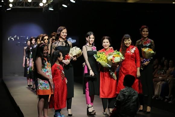 Thu Thủy tặng hoa cho NTK Sương Nguyễn