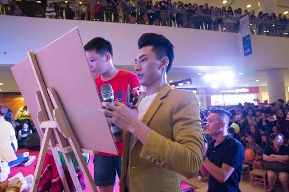 Isaac vẽ tranh cùng các bé