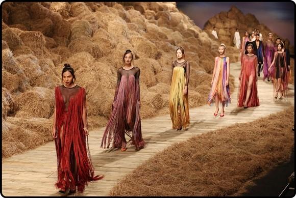 Các mẫu trang phục của bộ sưu tập tua rua