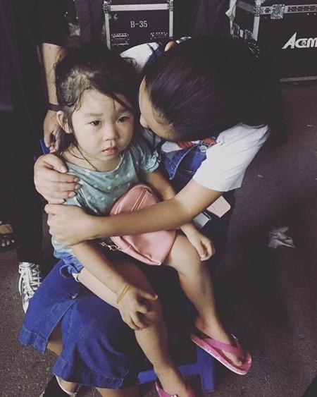 Phạm Quỳnh Anh và em bé đi lạc trong hậu trường