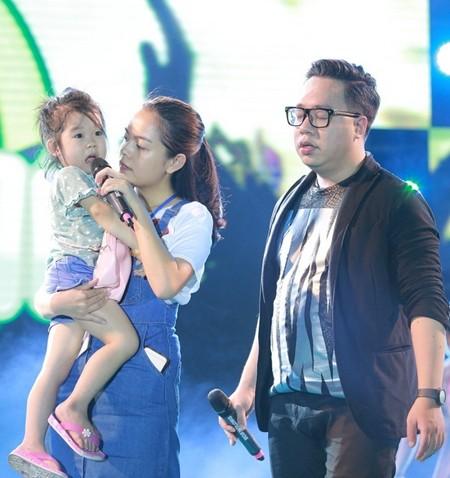 Phạm Quỳnh Anh tạm dừng chương trình để tìm mẹ giúp em bé đi lạc