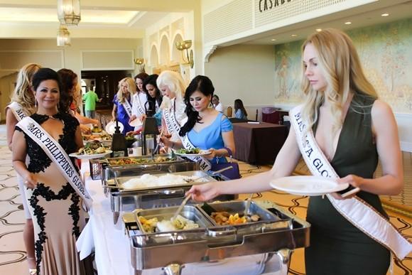 Các người đẹp ăn trưa tại Las Vegas khi đang diễn ra cuộc thi