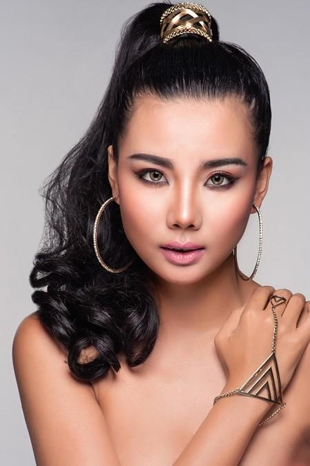 Son môi hồng da kết hợp với màu mắt màu cam đất cùng kiểu tóc cột cao tạo cho bạn gái vẻ đẹp lạnh lùng cá tính.