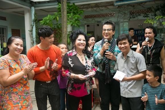 Vợ chồng Thanh Bạch làm từ thiện sau đám cưới
