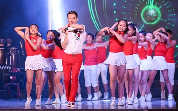 Đàm Vĩnh Hưng và nhóm nhảy ABC KIds của mình