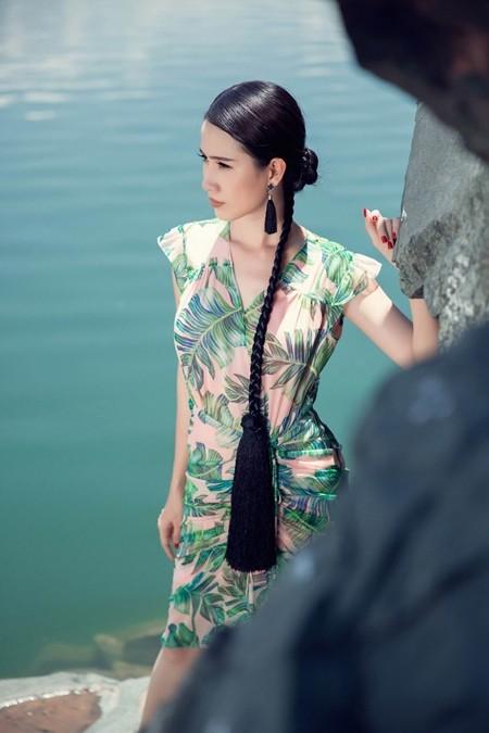 Phan Thị Mơ xinh đẹp thả dáng trước biển