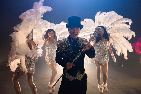 Theo chia sẻ của đạo diễn Trần Vi Mỹ, các vũ công phải mất đến 15 phút để thay trang phục. Và tất cả các trang phục điều được may đồng bộ theo nhân vật chính ở mỗi tiết mục khác nhau