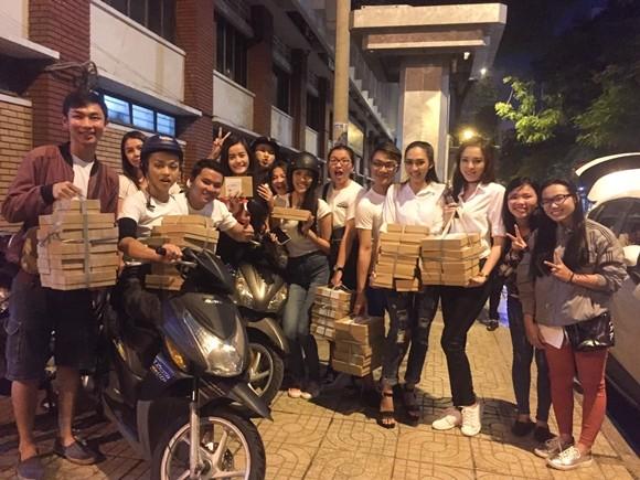 Lan Khuê cùng các học trò tặng bánh trung thu cho người lang thang