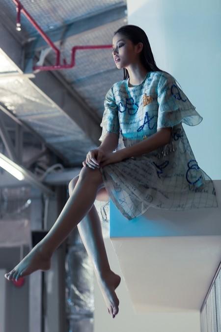 Hoa hậu Phạm Hương tung hình ảnh thời trang đầy sắc sảo