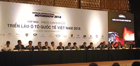 Ban tổ chức cùng các đại diện hãng xe trong buổi giới thiệu về Triển lãm Ô tô quốc tế 2016