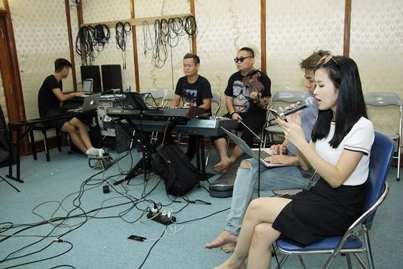 Đông Nhi liên tục di chuyển hai miền Nam - Bắc để luyện tập liveshow