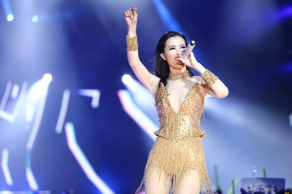 Đông Nhi và giọt nước mắt rơi trước 15 ngàn khán giả tại sân vận động