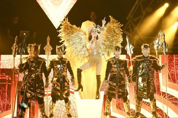 Đông Nhi mở màn ấn tượng với hình ảnh nữ vương