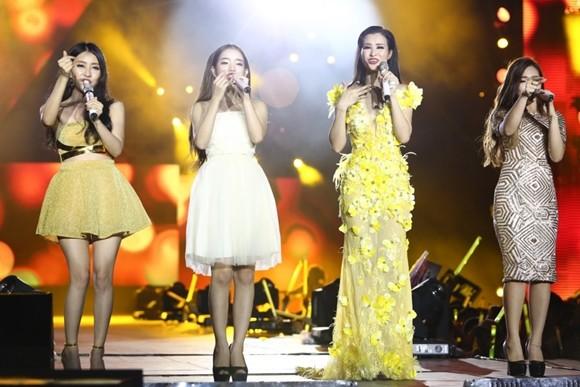"""Đông Nhi cùng nhóm nhạc """"Hello Yellow"""""""