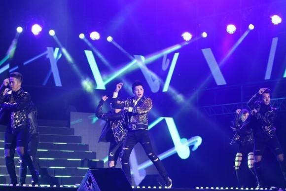 """Noo Phước Thịnh được hàng ngàn khán giả hò reo trên sân khấu """"Asia Song Festival"""""""