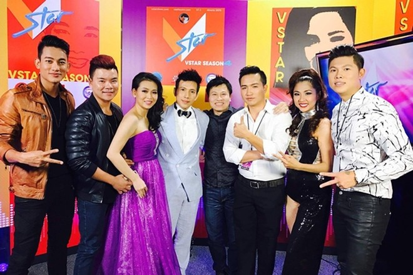 Lê Trung Cương và các thí sinh trong cuộc thi âm nhạc tại hải ngoại (ngoài cùng bên trái)