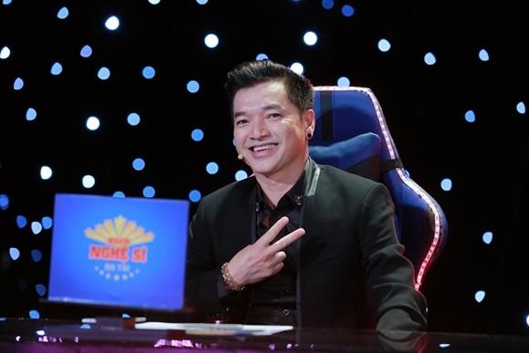 Nghệ sĩ hài hải ngoại Quang Minh ngồi nghế nóng cùng Việt Hương và Thanh Bạch.
