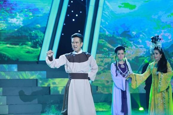 Hùng Thuận kết hợp nhiều lĩnh vực nghệ thuật: ảo thuật, võ thuật, cải lương, tân nhạc, kịch vào trong cùng một tiết mục trình diễn của mình