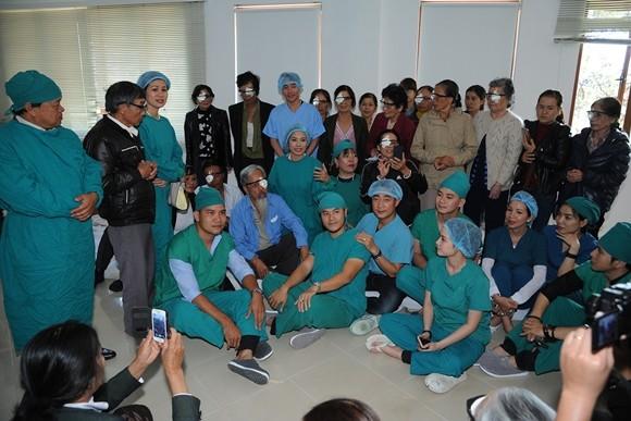 Việt Trinh cùng các bác sĩ, bệnh nhân và nhà hảo tâm