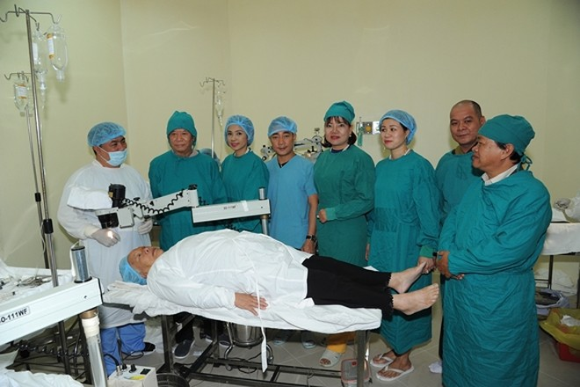 Việt Trinh mừng tuổi bằng cách đem ánh sáng đến 350 người mù tại Lâm Đồng